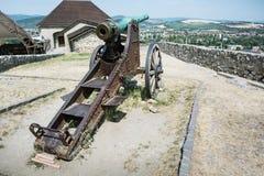 在Trencin城堡,斯洛伐克的生锈的历史的大炮 库存照片