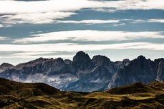 在trentino中绿色山谷的落矶山脉  图库摄影