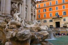 在Trevi喷泉附近的游人在罗马,意大利 免版税库存照片