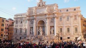 在Trevi喷泉附近的游人在罗马 股票录像