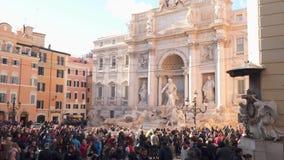 在Trevi喷泉附近的游人在罗马 股票视频