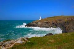 在Trevose头北部康沃尔郡海岸线的英国灯塔在Newquay和Padstow南西海岸道路的英国之间在深颜色 库存照片
