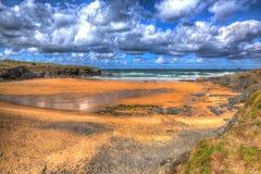在Treyarnon海湾康沃尔郡英国英国北海岸的金黄海滩在Newquay和Padstow之间在五颜六色的HDR 免版税库存照片