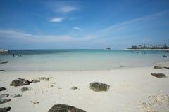 在Trikora海滩, Bintan海岛印度尼西亚的镇静水波 免版税库存图片