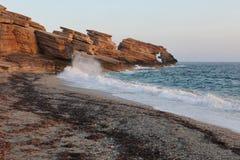 在Triopetra海滩的岩石 钓鱼地中海净海运金枪鱼的偏差 希腊 免版税图库摄影