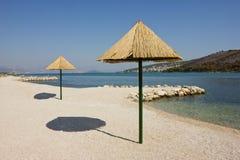 在Trogir附近的美丽的远程海滩在克罗地亚 免版税库存图片