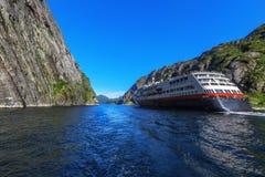在Trollfjord Trollfjorden的游轮在Lofoten海岛, 库存照片