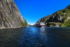 在Trollfjord Trollfjorden的游轮在Lofoten海岛, 库存图片