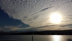 在tromsoe城市海岛的美好的金黄日落 免版税库存图片