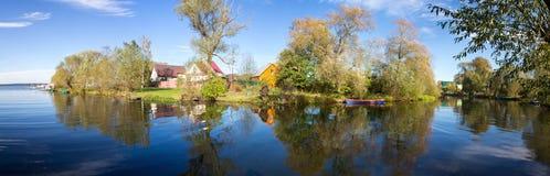 在Trubezh河的合流的全景风景海岸到湖Pleshcheyevo里 秋天 Pereslavl-Zalessky 俄国 免版税库存照片