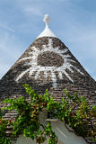 在Trullo圆锥形屋顶的标志在阿尔贝罗贝洛,普利亚, Ita 库存照片