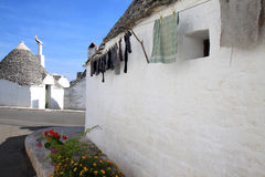 在trullo的干燥洗衣店在Alberobello,意大利 库存图片