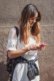 在Trussardi修造在米兰妇女的时尚星期的时装表演之外的妇女2014年 免版税库存照片