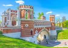 在Tsaritsyno之间小山的桥梁  免版税库存图片