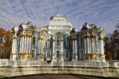 在Tsarskoye selo的偏僻寺院大厦 库存图片