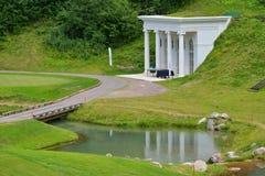 在Tseleevo高尔夫球&马球俱乐部的树荫处 免版税库存照片