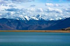 在Tso Moriri湖的黎明。喜马拉雅山山。印度 图库摄影