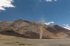 在Tsokar湖前的扭转者seenjust Leh manali路的 库存图片