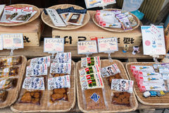 在Tsukiji鱼市上的渔场产物 库存图片