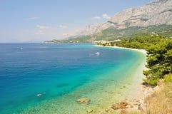 在Tucepi的海岸线有Biokovo山和亚得里亚海的 免版税库存图片