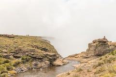 在Tugela顶部的人们跌倒,其次最高地球上 免版税库存照片