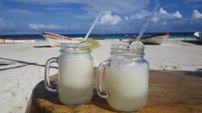 在Tulum海滩的两杯冷冻玛格丽塔酒 免版税库存图片