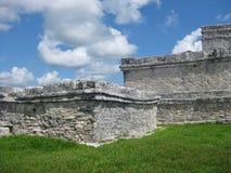 在Tulum考古学站点的废墟墨西哥的映湾园的 库存照片