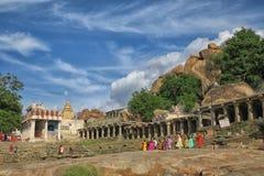 在Tungabhadra河ghat寺庙,亨比附近的香客 免版税库存照片