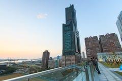 在Tuntex天空塔旁边的人观看日落的 免版税库存照片