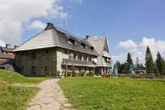 在Turbacz山,波兰上面的山风雨棚  免版税库存照片