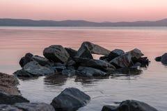 在Turgoyak湖的桃红色日出 免版税库存照片
