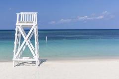 在Turqouise海滩的白色塔 免版税库存照片