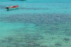 在turquase水的小船 免版税图库摄影