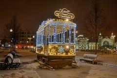 2019在Tverskaya Zastava的新年电车对老Arbat在晚上 免版税库存图片
