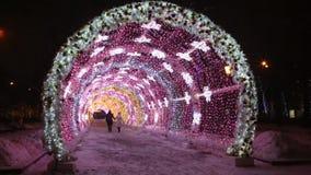 在Tverskoy大道的圣诞夜在莫斯科 发光的装饰隧道 股票录像