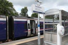 在Tweedbank驻地的火车在铁路的边界 免版税图库摄影