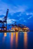 在twiligh的Containerterminal 免版税库存照片