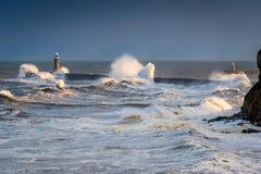 在Tynemouth北部码头的浪潮起伏的水 免版税库存照片