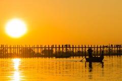 在U Bein柚木木材桥梁,在缅甸(Burmar的Amarapura的日落 免版税库存照片