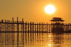 在U Bein柚木木材桥梁,在缅甸(Burmar的Amarapura的日落 图库摄影