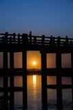 在U Bein桥梁的两口气日落 免版税图库摄影