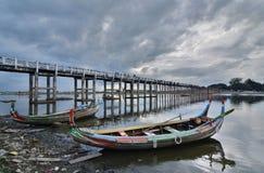 在U Bein桥梁的传统小船 Amarapura 曼德勒地区 缅甸 库存图片