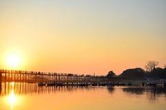 在U-Bein桥梁的日落 库存图片