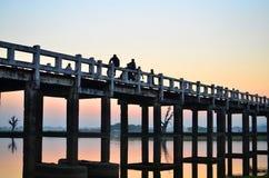 在U-Bein桥梁的日落 免版税库存图片