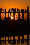 在U Bein桥梁的日落 Amarapura,缅甸 免版税库存图片