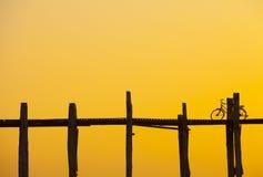 在U Bein桥梁的自行车在日落 免版税图库摄影