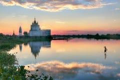 在U bein桥梁附近的佛教寺庙 库存图片