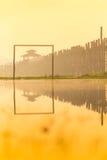 在U bein桥梁,最旧和最长的柚木树木bri的日出 库存照片