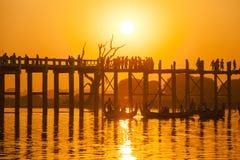 在U Bein桥梁,缅甸的日落 免版税图库摄影