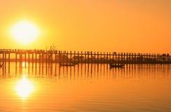 在U Bein桥梁, Amarapura,缅甸的五颜六色的日落 免版税库存图片
